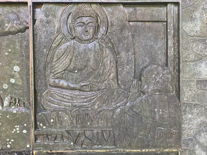 銅板:仏様に祈る僧