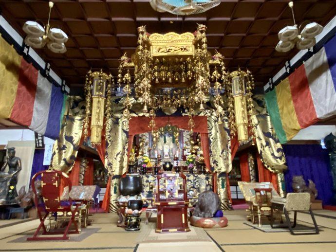 瑠璃光寺の本堂内陣