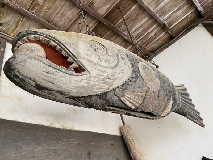 吊り下げられた木魚