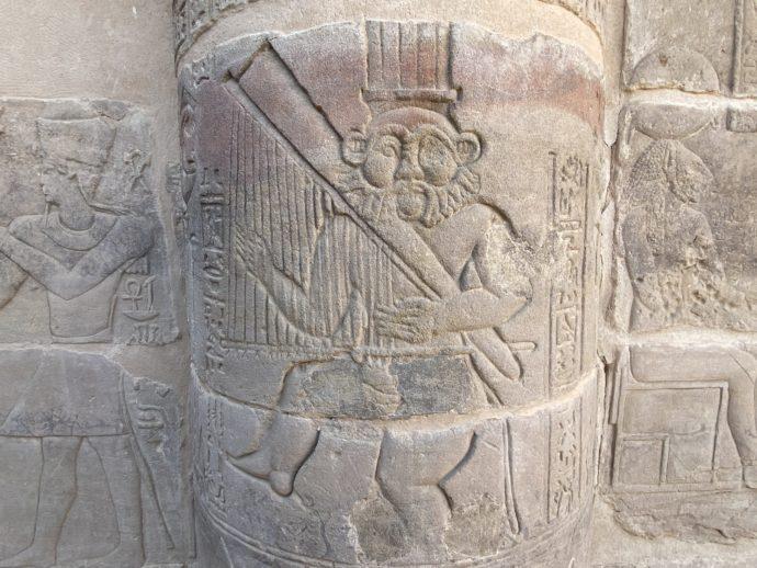 イシス神殿のベス神のレリーフ