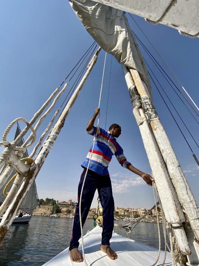 ファルーカの帆を調整するヌビア人船頭