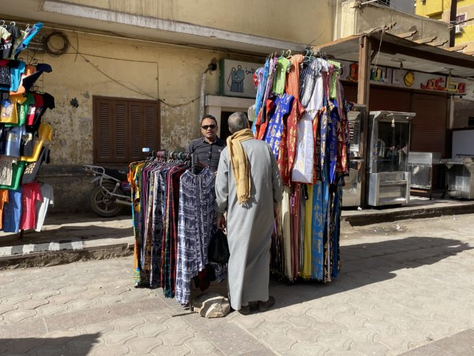 道端の洋服店