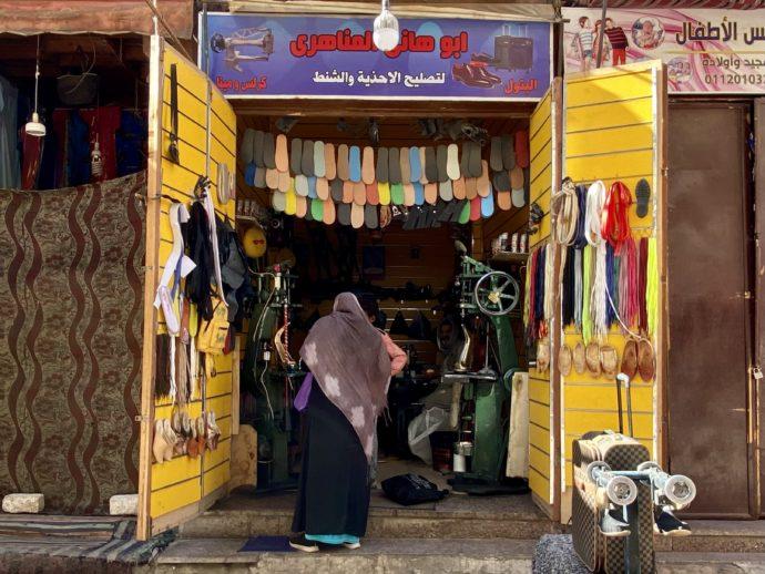 靴下を買う女性