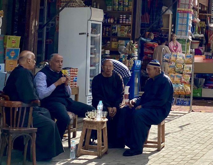 アスワンのスークでお茶する男性たち