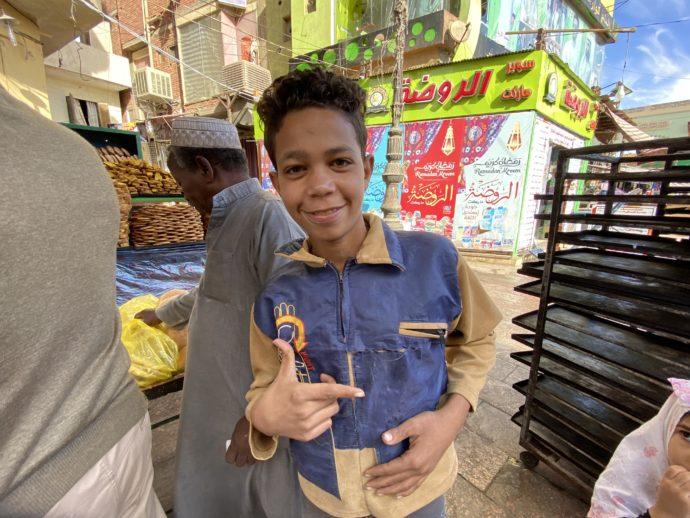 ポーズを決めるエジプトの少年