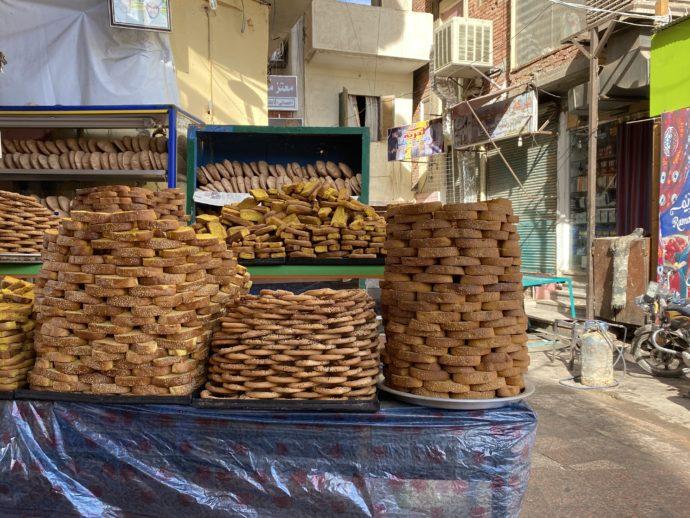 積み上げられたパン