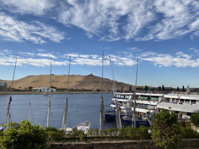 ナイル川とクルーズ船とエレファンティネ島