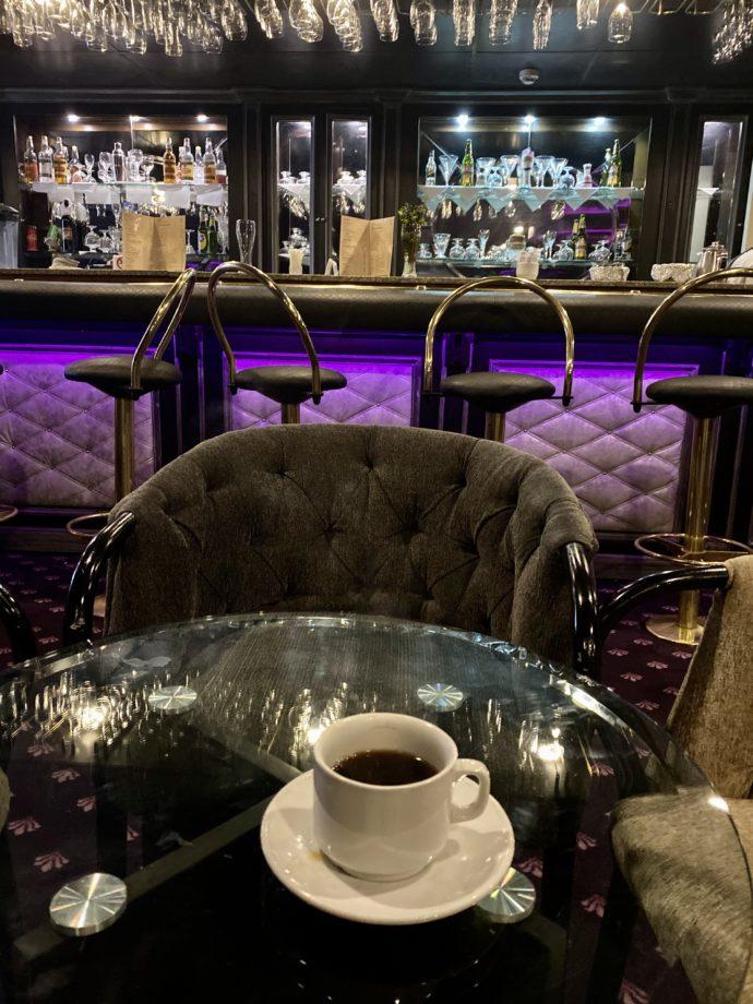バーで飲むモーニングコーヒー