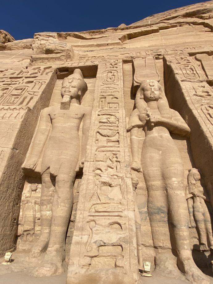 アブ・シンベル小神殿のネフェルタリの巨像
