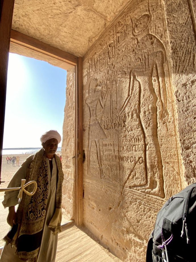 アブ・シンベル小神殿の入り口と男性