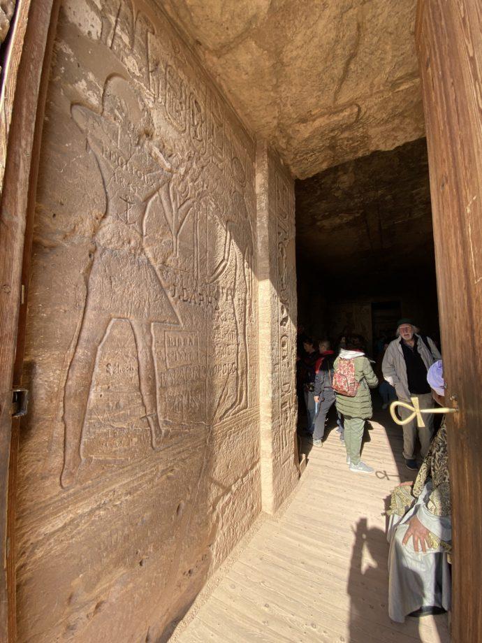 アブ・シンベル小神殿の入り口とレリーフ