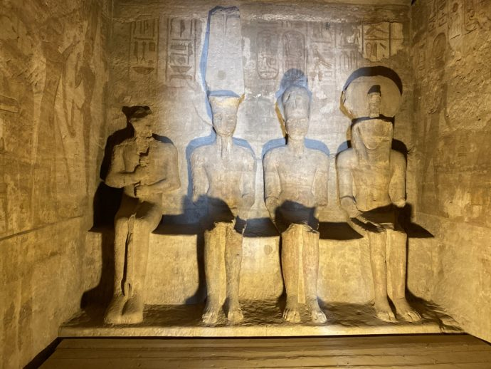 アブ・シンベル神殿至聖所の4体の神