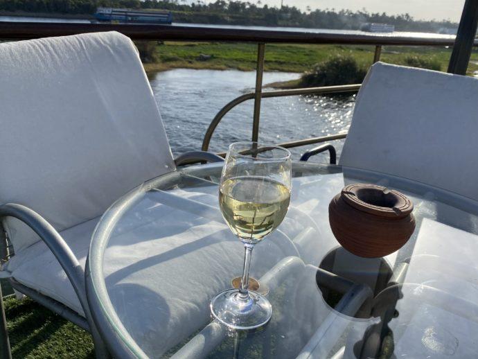 デッキのテーブルでワインを飲む