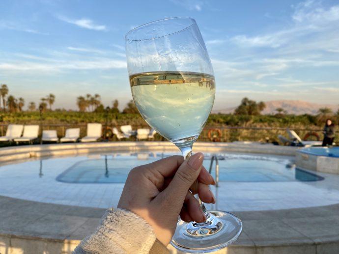 ワインとデッキのプール