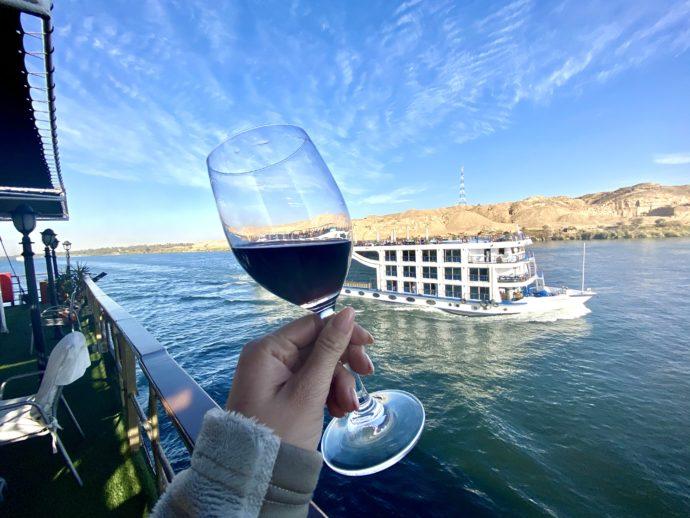 赤ワインとナイル川クルーズ船