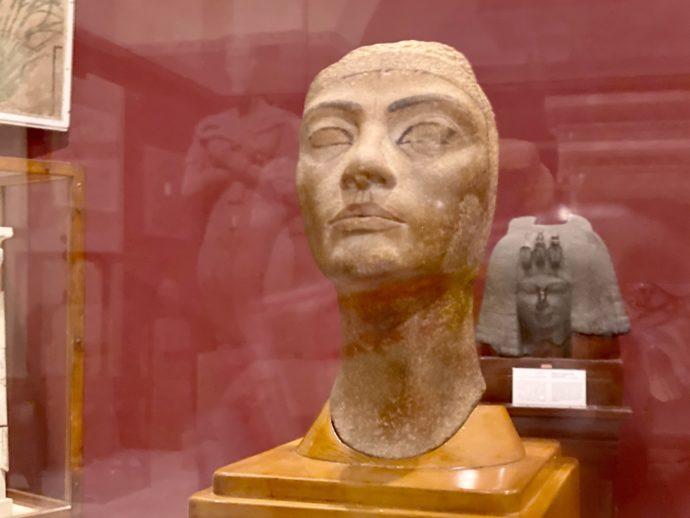 王妃ネフェルティの未完の像