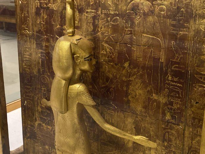 祭壇を護る女神像