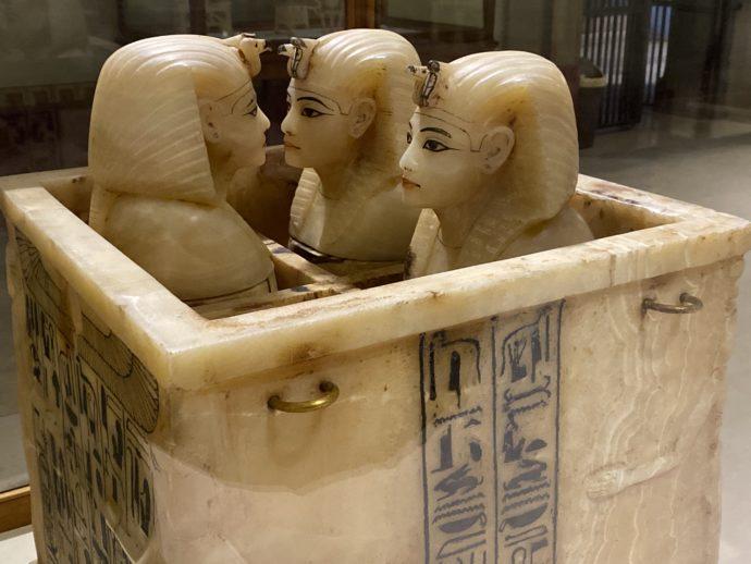 カノプス壺を収めたアラバスター容器