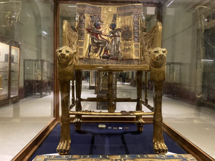 金塗り木製の玉座