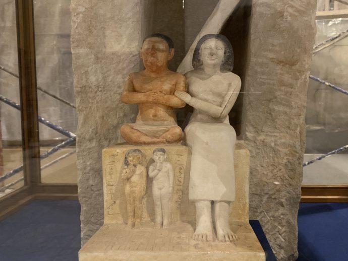 小人セネプと妻と家族の像