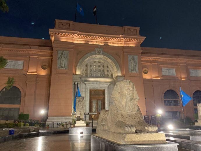 ライトアップされたエジプト考古学博物館