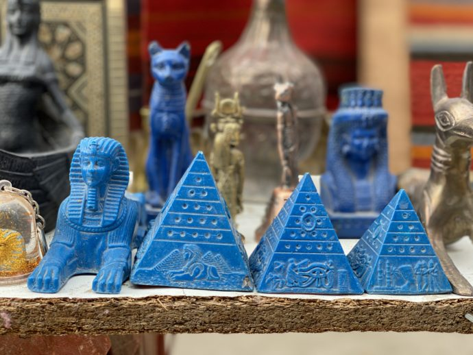 青いピラミッドの置物