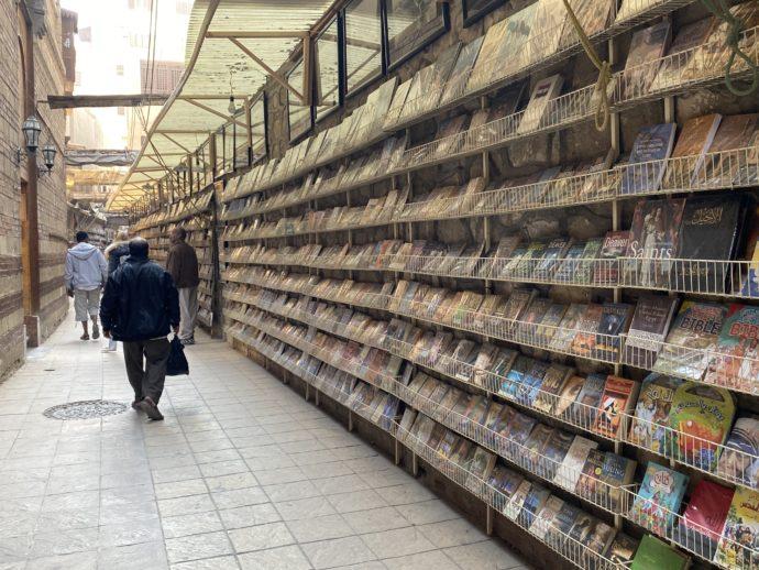 書籍棚が並ぶ通り