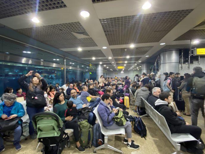 カイロ空港の混雑した待合室