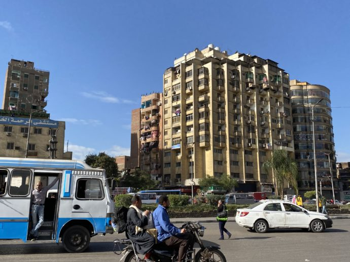 バスとエジプトのビル