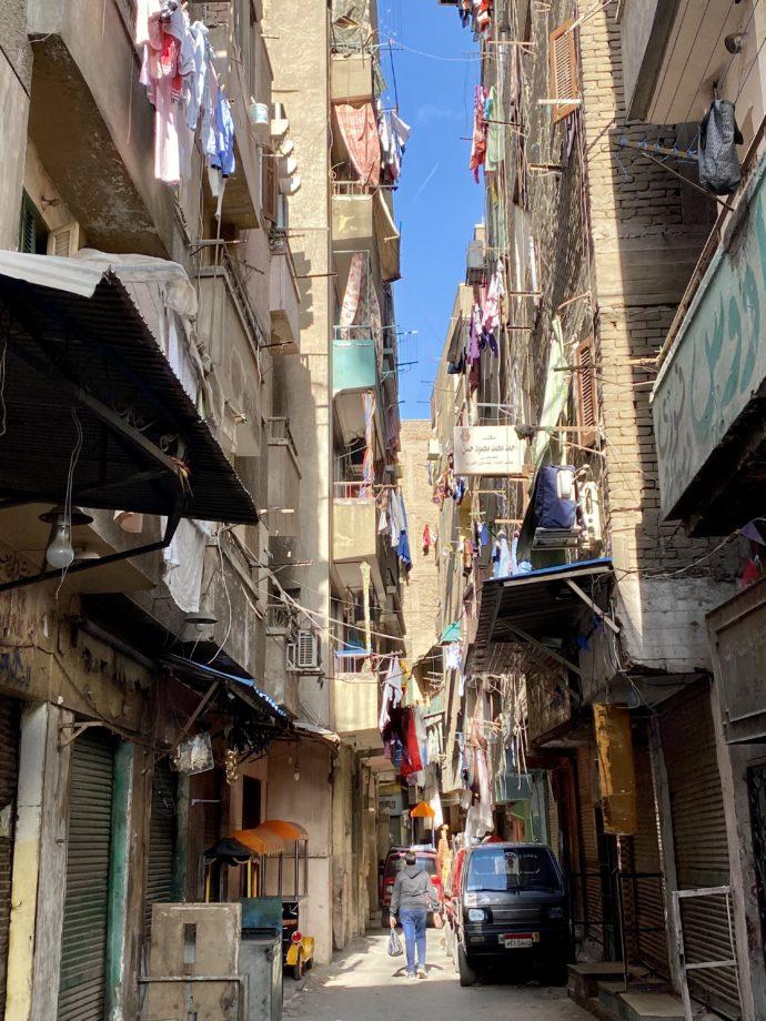 洗濯物を干すエジプトの街