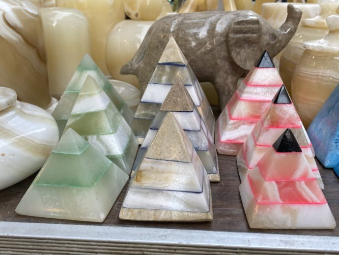 アラバスター製のピラミッドの置き物