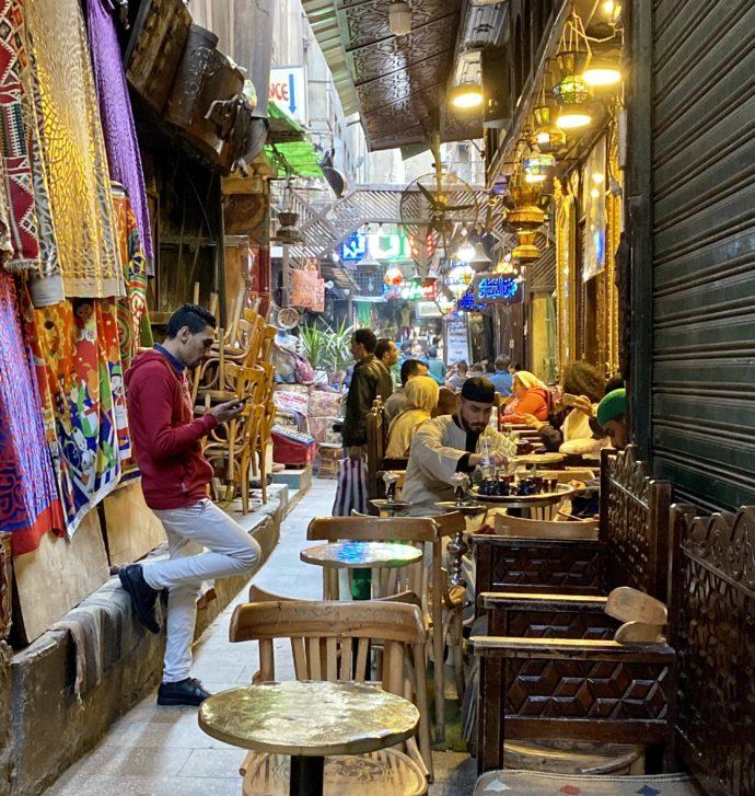 ハーン・ハリーリの狭い通路にあるカフェ