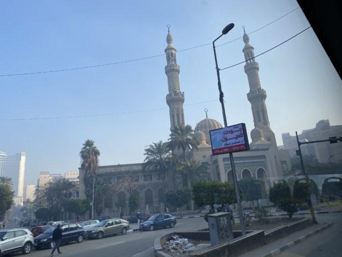 窓から見えるモスク