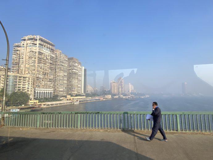 カイロの橋と高層マンション