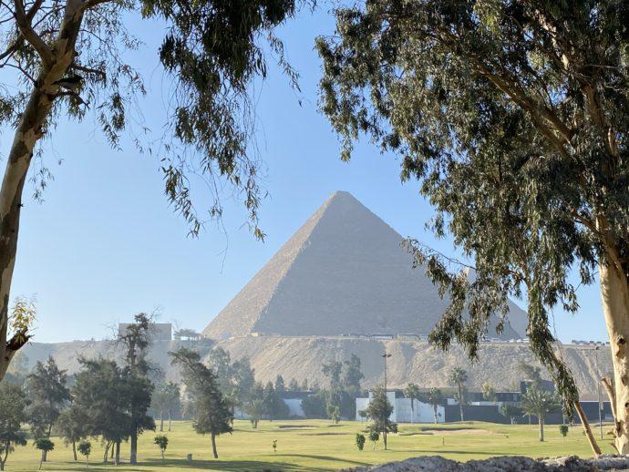 ゴルフ場奥に見えるピラミッド