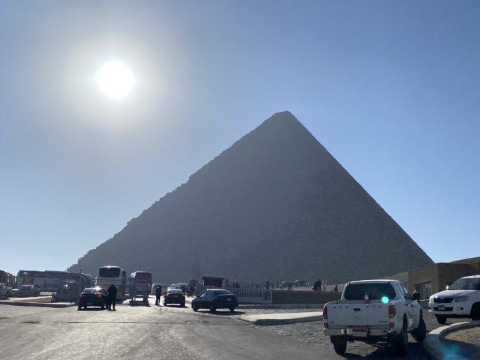 駐車場から見るピラミッド