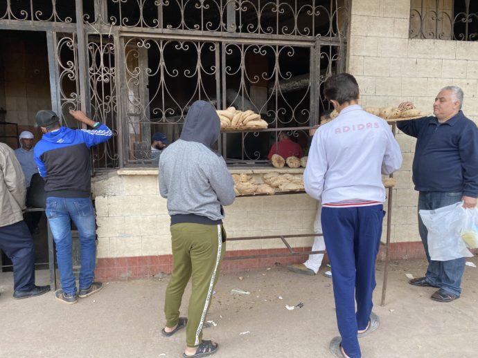 パンを買う男性