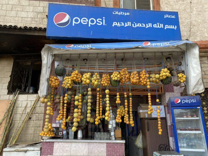 店前につられたオレンジ