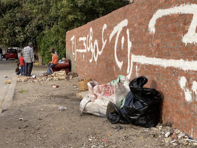 ギザの街に捨てられたゴミ