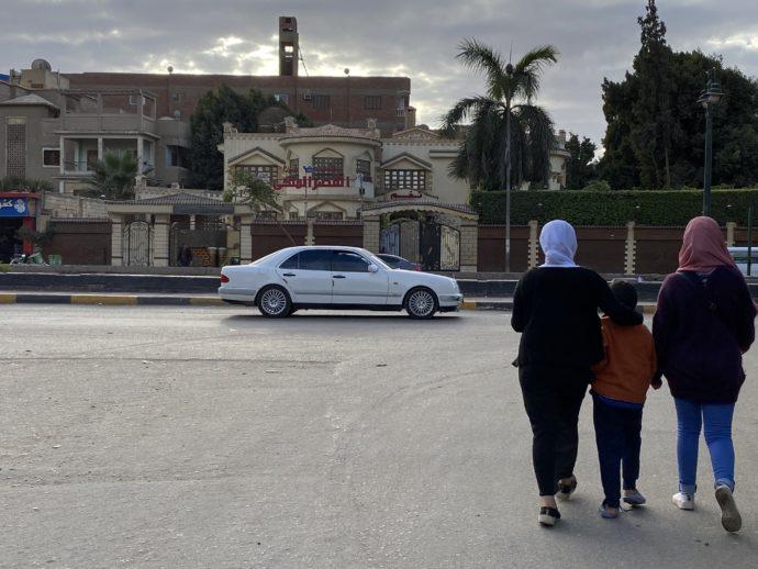 ギザの街を歩く女性と子供
