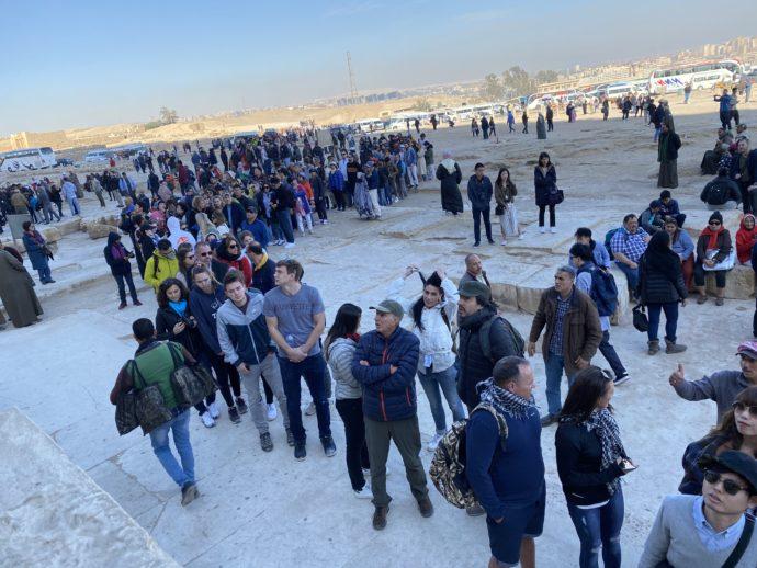 クフ王のピラミッド前の観光客
