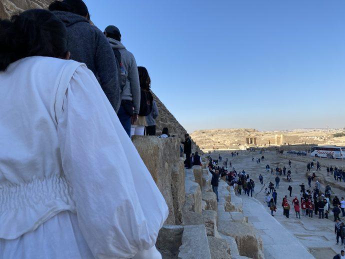 クフ王のピラミッド玄室へ並ぶ人々