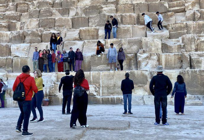 クフ王のピラミッドと観光客