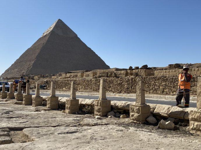 カフラー王のピラミッドと石碑