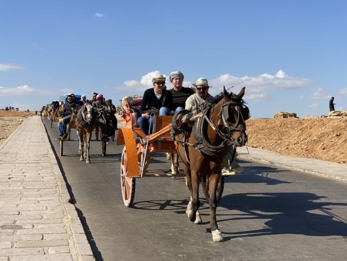 馬車に乗る観光客