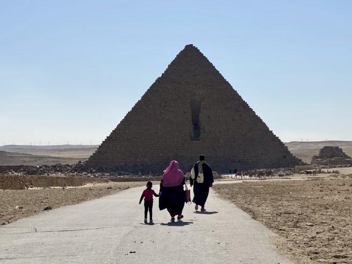 メンカウラー王のピラミッドの道を進む家族