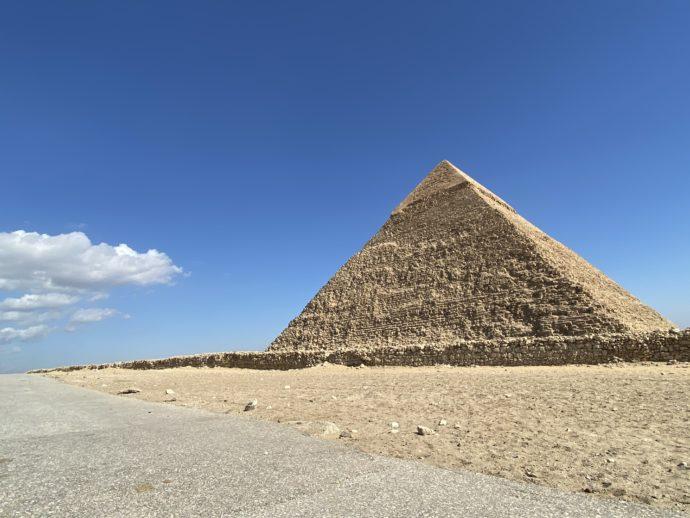 ピラミッドと道路
