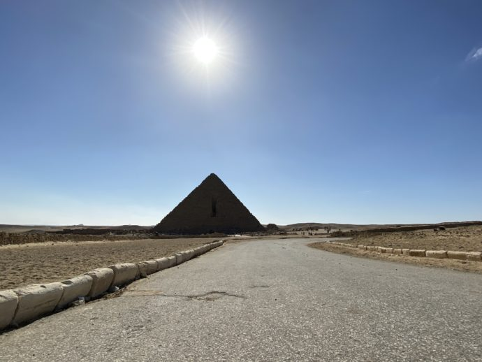 ピラミッドと太陽と道路