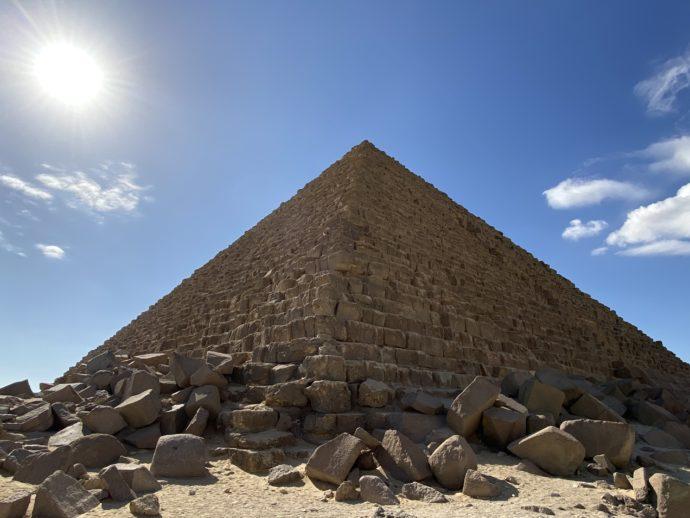 崩れたピラミッドの岩
