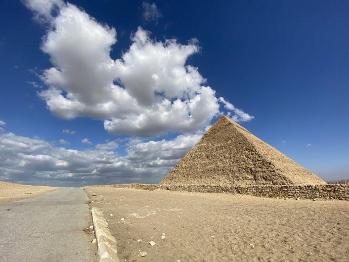 青空の下のピラミッド